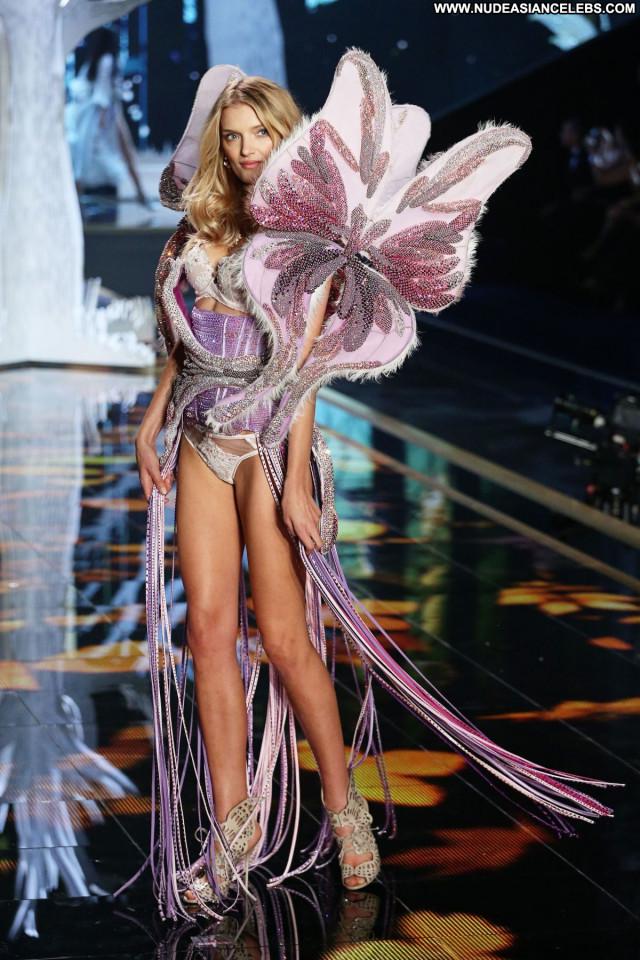 Irina Sharipova No Source Beautiful Posing Hot Celebrity Babe