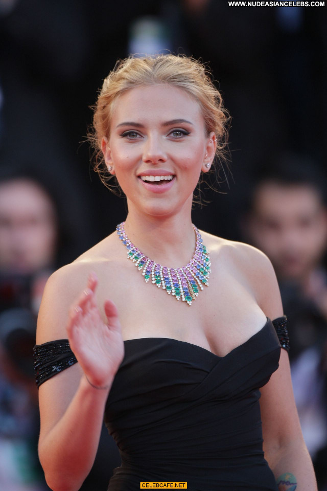 Scarlett Johansson Under The Skin Babe Sex Celebrity Sexy Cleavage